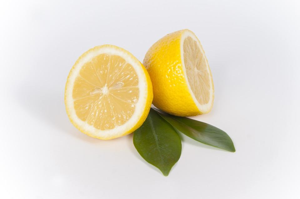 Limpiar manchas de aceite con limón